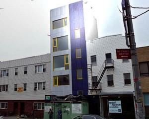 Facciata fotovoltaica con moduli fissati su parete verticale dell'edificio