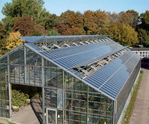 serra fotovoltaica con pannelli regolabili in base alle necessita